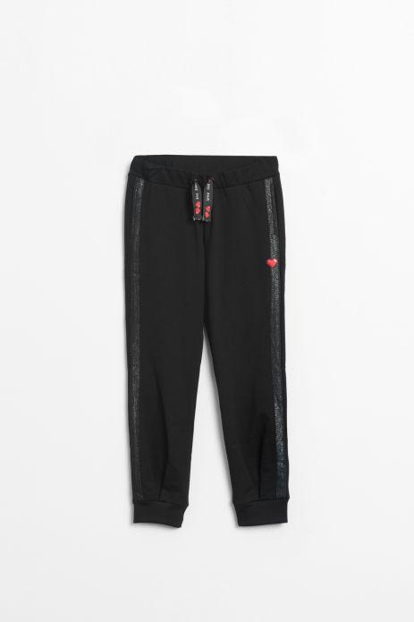 Spodnie dresowe w kolorze czarnym z ozdobnym serduszkiem na nogawce